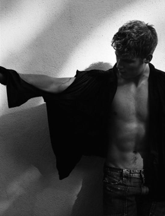 Una immagine sexy dell'attore Travis Van Winkle