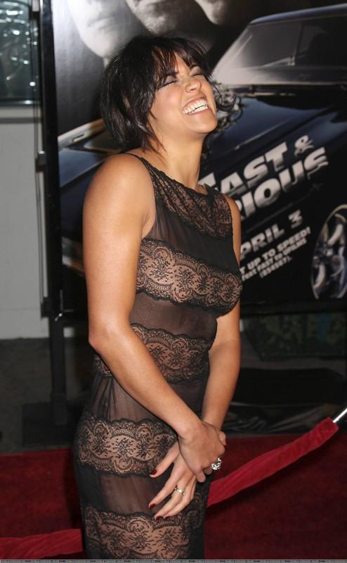 Una sorridente Michelle Rodriguez alla premiere del film 'Fast and Furious - Solo parti originali' negli Universal Studios, Universal City, CA