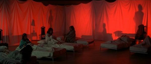 Una suggestiva scena del film Suspiria diretto da Dario Argento