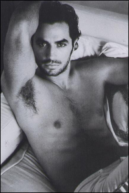 Antonio Cupo a torso nudo in un\'immagine apparsa su Vanity Fair