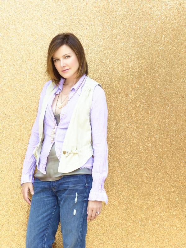 Christa Miller in uno scatto promozionale della serie TV Cougar Town