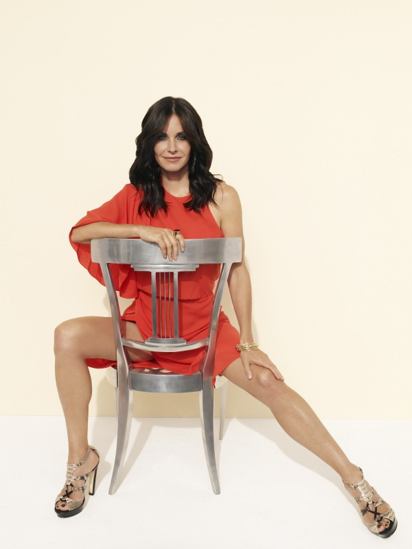 Courteney Cox in una posa sensuale per la serie TV Cougar Town
