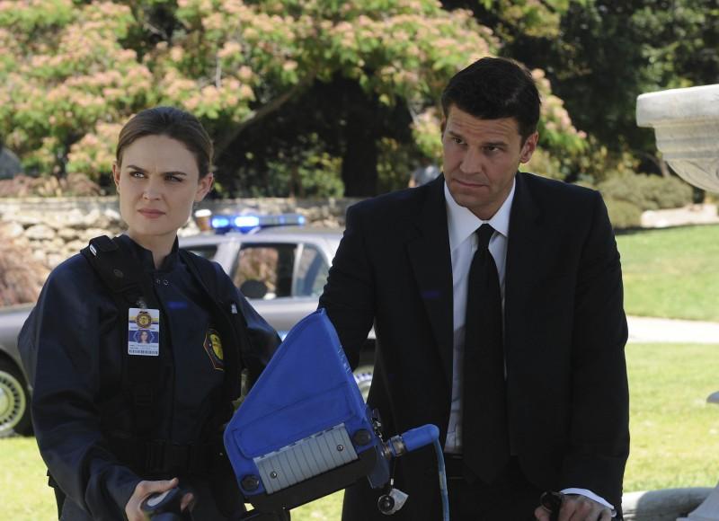 Emily Deschanel e David Boreanaz in una scena dell'episodio Harbingers in the Fountain di Bones