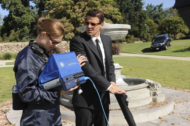 Emily Deschanel e David Boreanaz nell'episodio Harbingers in the Fountain di Bones