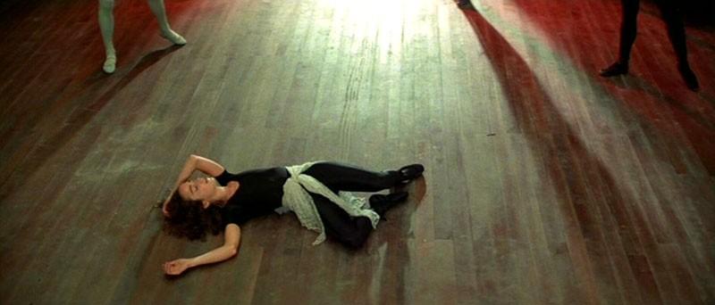 Jessica Harper sviene in una scena del film Suspiria (1977)