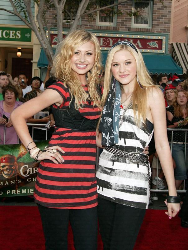 Le sorelle Alyson e Amanda Joy Michalka alla premiere del film 'Pirati dei Caraibi - La maledizione del forziere fantasma' nel 2006