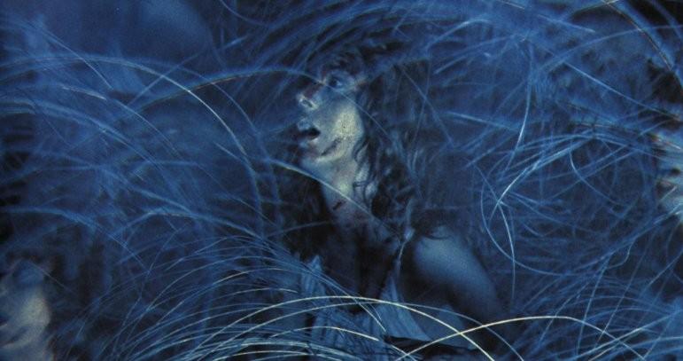 Stefania Casini nella celebre sequenza del filo spinato del film Suspiria ( 1977 )