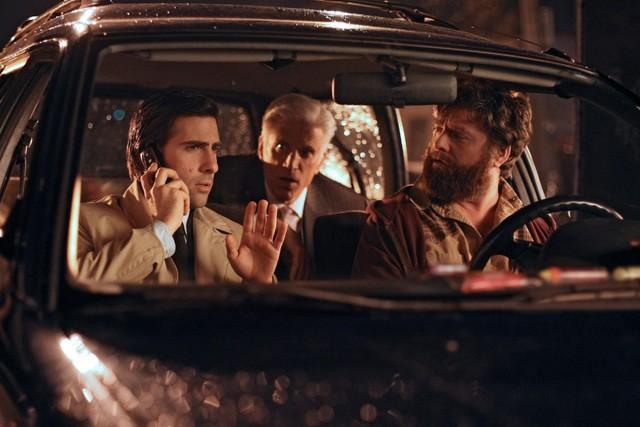 Ted Danson, Zach Galifianakis e Jason Schwartzman in una scena della nuova serie HBO Bored to Death