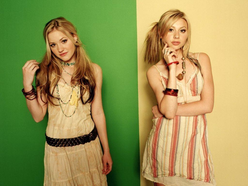 Un wallpaper delle sorelle Alyson & Amanda Joy Michalka