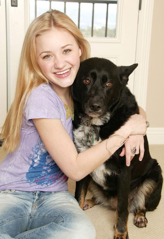 Una foto di Amanda Joy Michalka con cagnolone