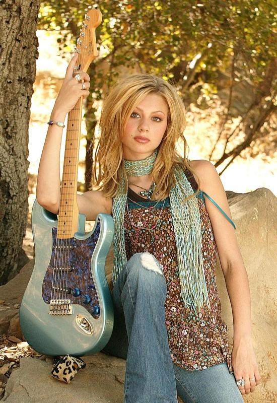 Una foto promo di Alyson Michalka con chitarra elettrica