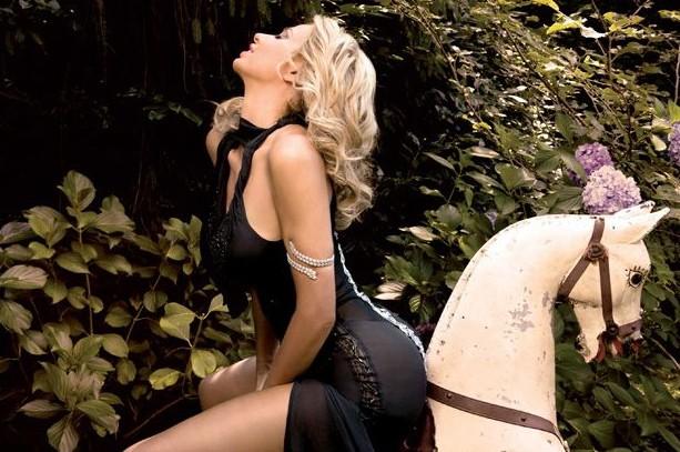 Una giocosa Valeria Marini sul numero di Playboy Italia di settembre 2009