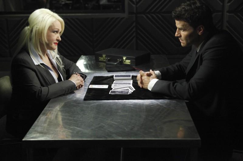 Cyndi Lauper e David Boreanaz in una scena della premiere della stagione 5 di Bones