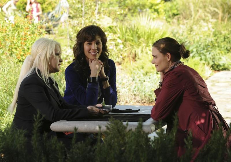 Cyndi Lauper, Michaela Conlin ed Emily Deschanel in una scena della premiere della stagione 5 di Bones