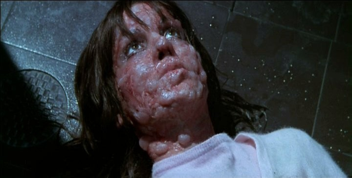 Giuliana Calandra orribilmente ustionata nella celebre sequenza della vasca del film Profondo Rosso (1975)