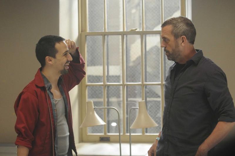 Hugh Laurie e Lin-Manuel Miranda in una scena di Broken dalla sesta stagione di Dr. House: Medical Division