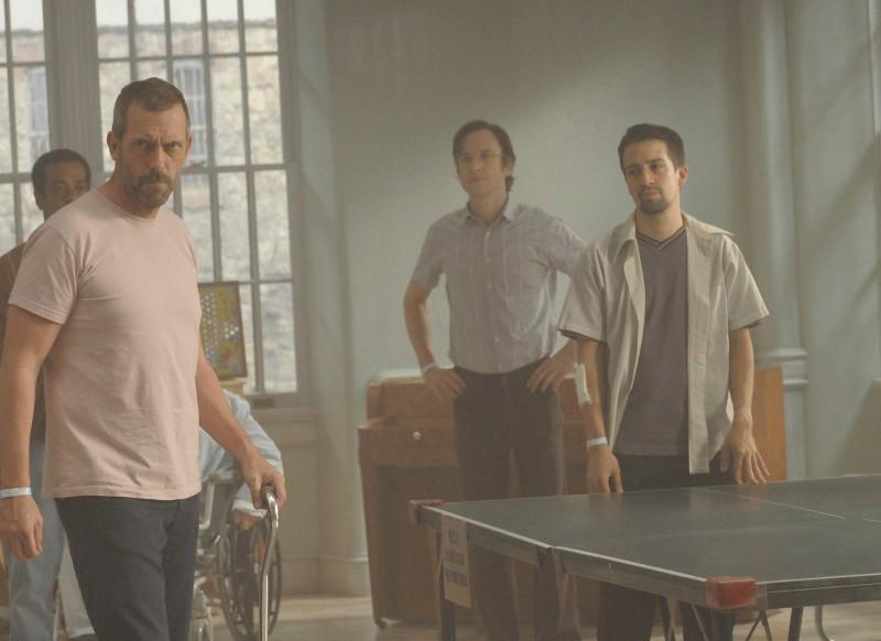 Hugh Laurie e Lin-Manuel Miranda in una scena di Broken della sesta stagione di Dr. House: Medical Division