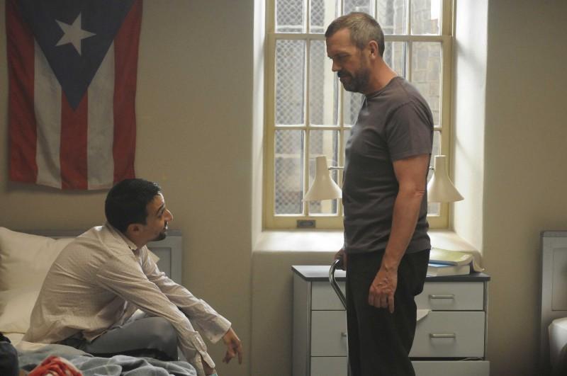 Hugh Laurie e Lin-Manuel Miranda in una scena tratta dalla premiere della sesta stagione di Dr. House: Medical Division