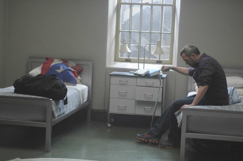 Hugh Laurie  in una scena di Broken della sesta stagione di Dr. House: Medical Division