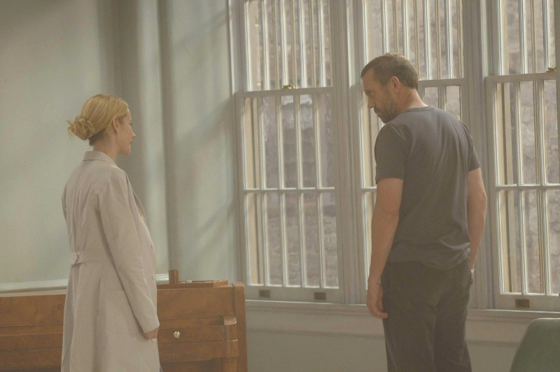Hugh Laurie  in una scena di Broken, tratta dalla sesta stagione di Dr. House: Medical Division
