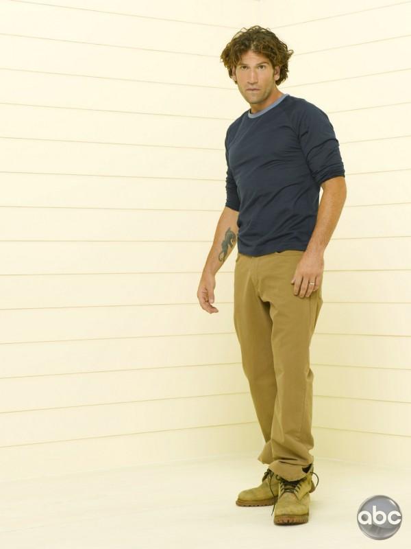 Il fascinoso Jon Bernthal è Raymond nella serie televisiva Eastwick