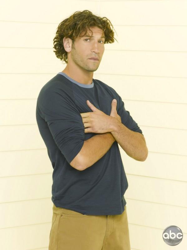 Jon Bernthal è Raymond nella serie televisiva Eastwick