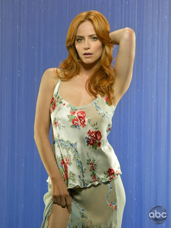 l'attrice Jaime Ray Newman nella serie tv Eastwick