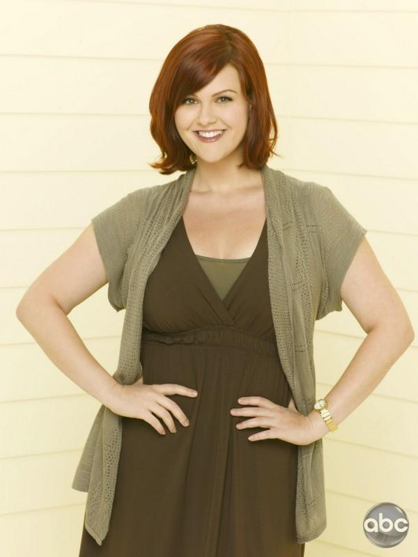 La rossa Sara Rue interpreta Penny nella serie televisiva Eastwick