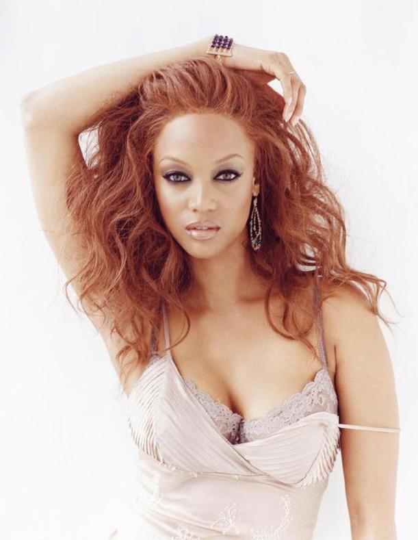 Una foto di Tyra Banks coi capelli rosso fuoco