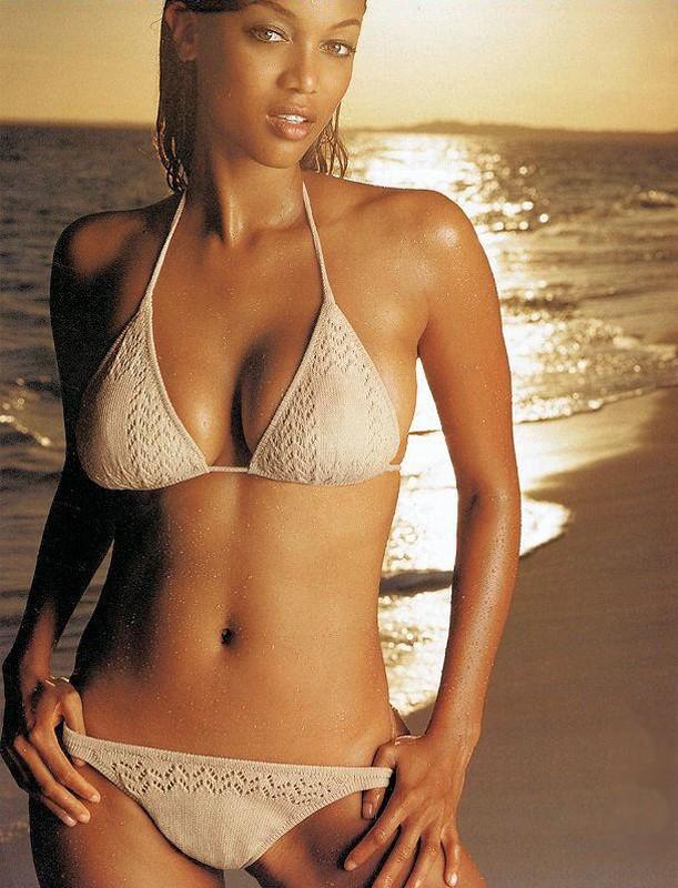 Una foto di Tyra Banks in spiaggia al tramonto