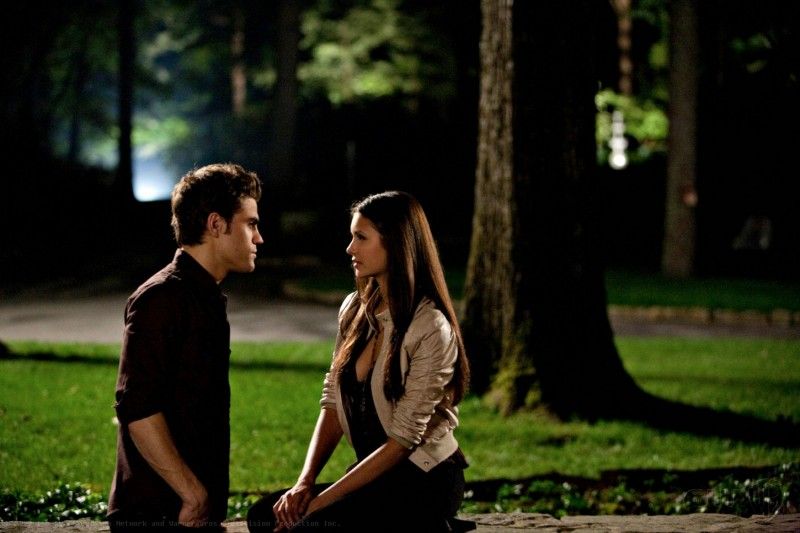 Paul Wesley e Nina Dobrev nell'episodio Night of the Comet di The Vampire Diaries