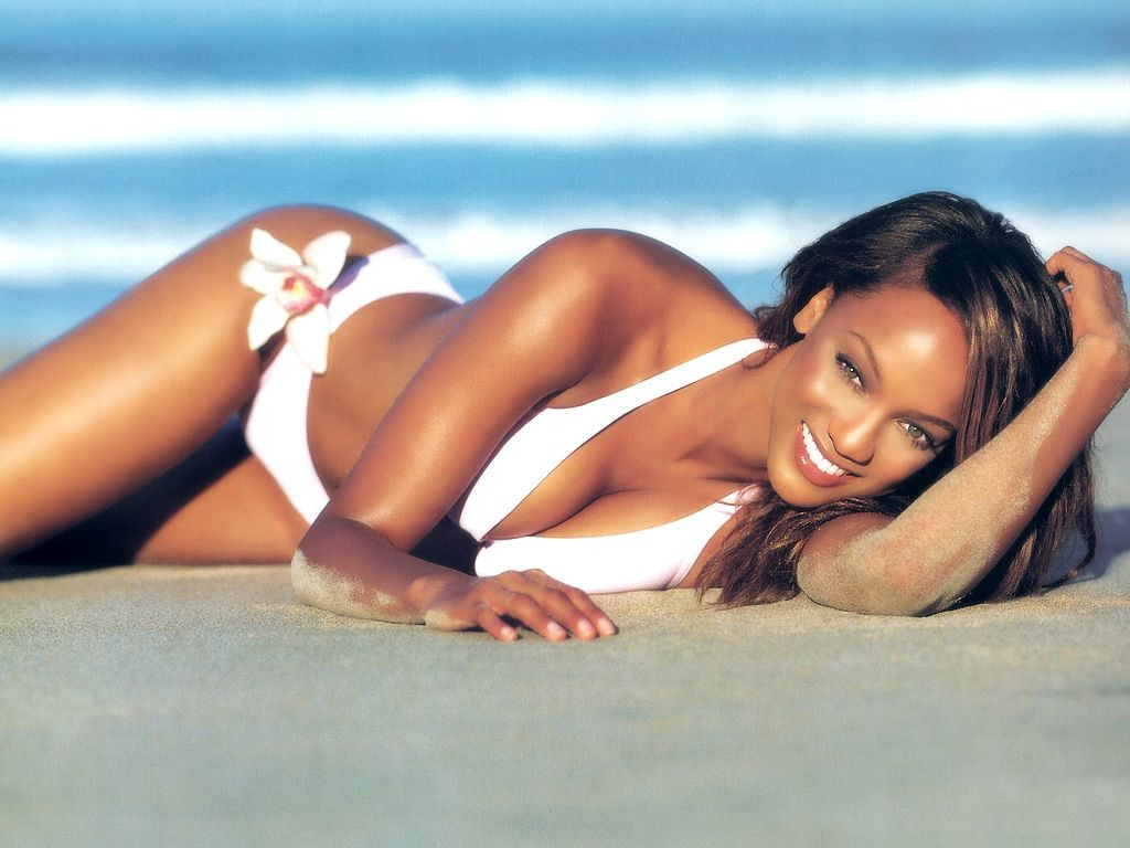 Wallpaper: una foto di Tyra Banks in spiaggia