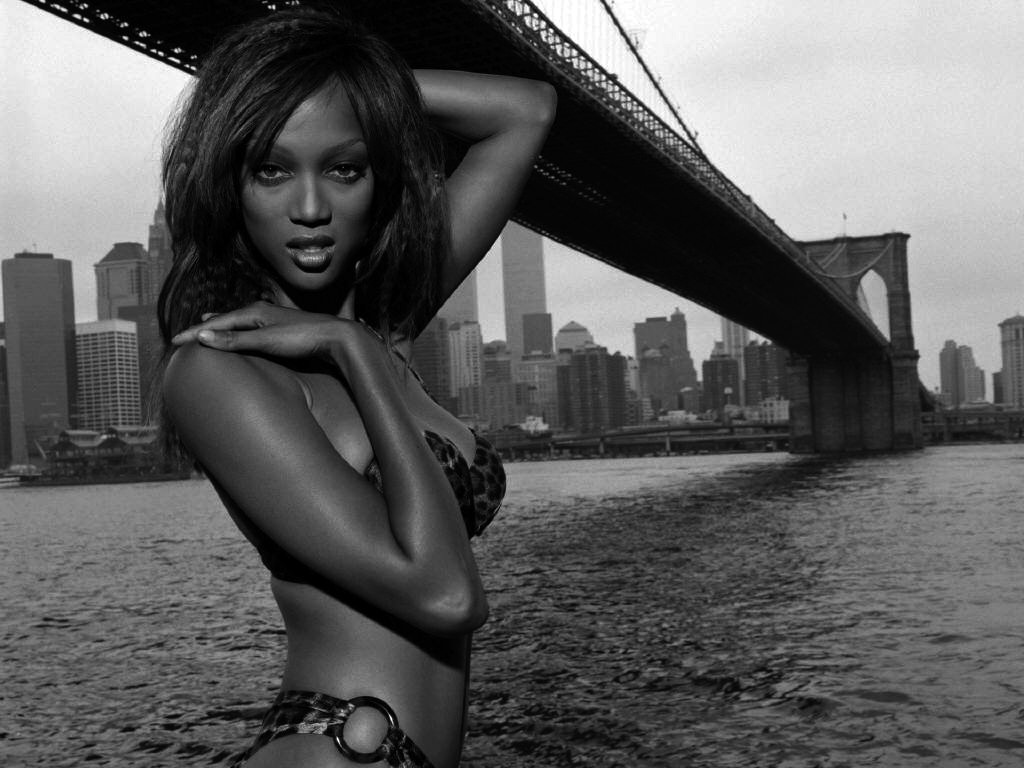 Wallpaper: una sexy Tyra Banks in bianco e nero