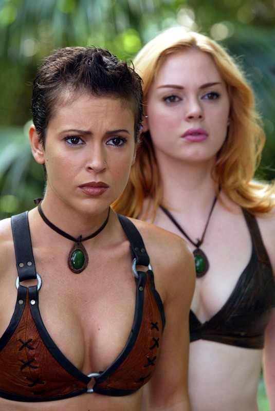 Alyssa Milano e Rose McGowan in una scena dell'episodio 'L'isola delle guerriere' di Streghe