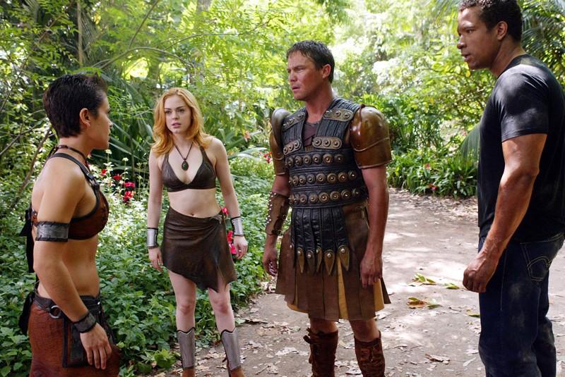 Alyssa Milano, Rose McGowan, Brian Krause e Dorian Gregory in una scena dell'episodio 'L'isola delle guerriere' di Streghe