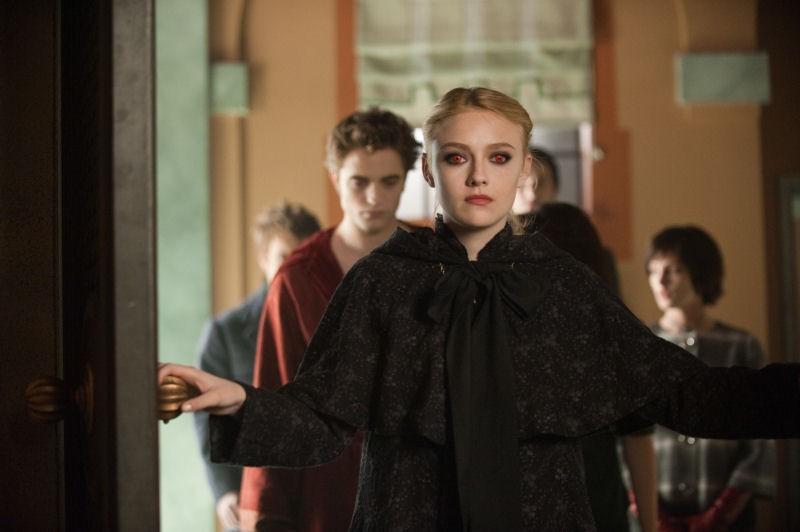 Dakota Fanning (Jane), seguita da Robert Pattinson (Edward) e Ashley Greene (Alice Cullen) in una scena di Twilight: New Moon