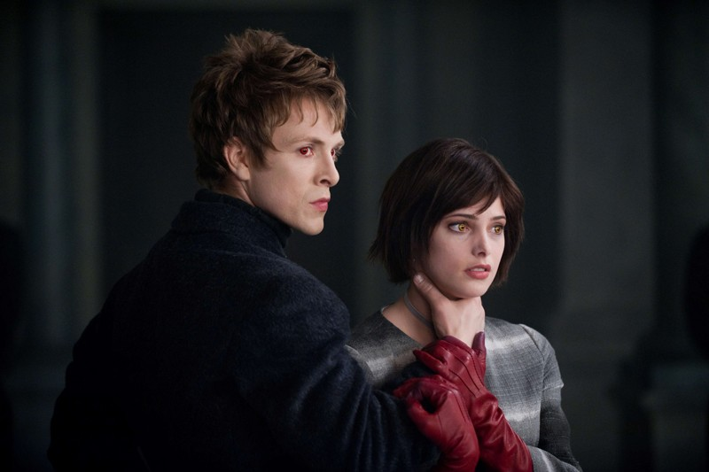 Demetri (Charlie Bewley) tiene per il collo Alice Cullen (Ashley Green) in una scena del film Twilight: New Moon