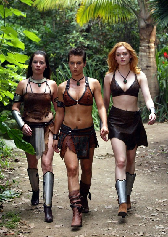 Holly Marie Combs, Alyssa Milano e Rose McGowan in una scena dell'episodio 'L'isola delle guerriere' di Streghe