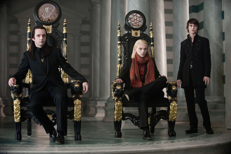 Michael Sheen (Aro), Jamie Campbell Bower (Caius) e Cameron Bright (Alec) in una scena del film Twilight: New Moon