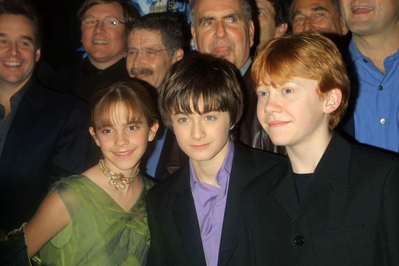 Emma Watson, Daniel Radcliffe e Rupert Grint con alcuni produttori alle spalle, alla premiere New Yorkese del film Harry Potter e la Pietra Filosofale