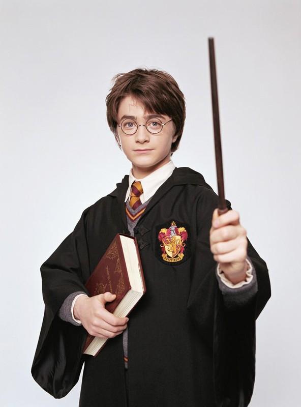 Harry Potter (Daniel Radcliffe) con la sua bacchetta per il film Harry Potter e la Pietra Filosofale