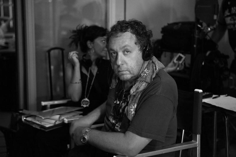 Il regista di Alexis Sweet sul set di Intelligence