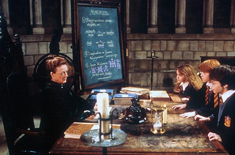 Maggie Smith con Emma Watson, Rupert Grint e Daniel Radcliffe in una scena di Harry Potter e la pietra filosofale