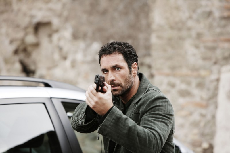 Raoul Bova in una sequenza d'azione di Intelligence