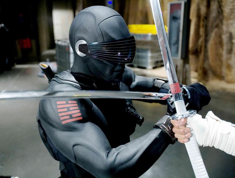 Ray Park (Snake Eyes) in una scena di lotta, nel film G.I.Joe: La nascita dei Cobra