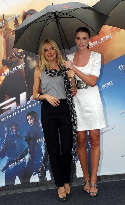 Sienna Miller e Rachel Nichols sotto la pioggia, alla premiere del film G.I. Joe: La nascita dei Cobra, a Berlino, Germania, il 23 Luglio 2009