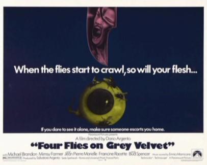 Una lobbycard promozionale straniera del film Quattro mosche di velluto grigio (1971)