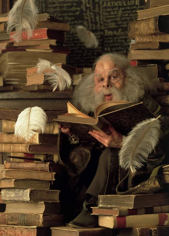 Warwick Davis è Professor Flitwick in una scena del film Harry Potter and the Sorcerer's Stone