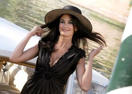 Maria Grazia Cucinotta, madrina di Venezia 2009, sbarca al Lido