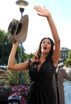 Mostra del Cinema di Venezia, 66esima edizione: Maria Grazia Cucinotta saluta i fan al suo arrivo.